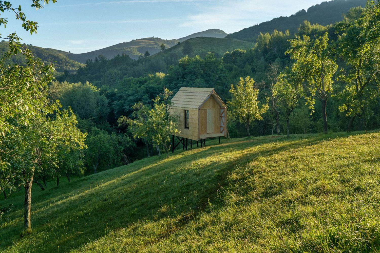 eco tiny house Căsuța este construită pe un teren de 15.000 mp, unde vor fi ridicate și altele