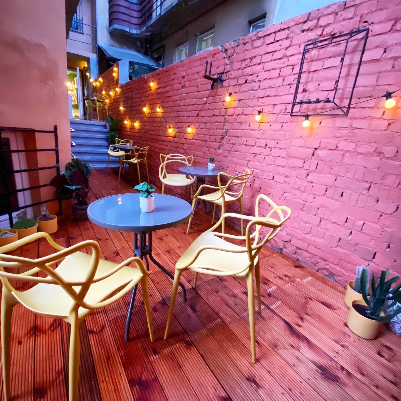 Terasa colorată este inspirată de Maroc și Mexic