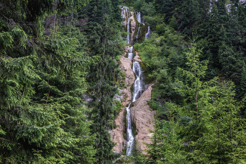 Debitul cascadei crește primăvara și toamna