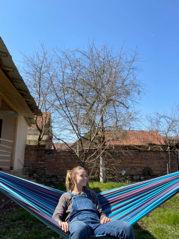 Emma își iubește satul și noua viață