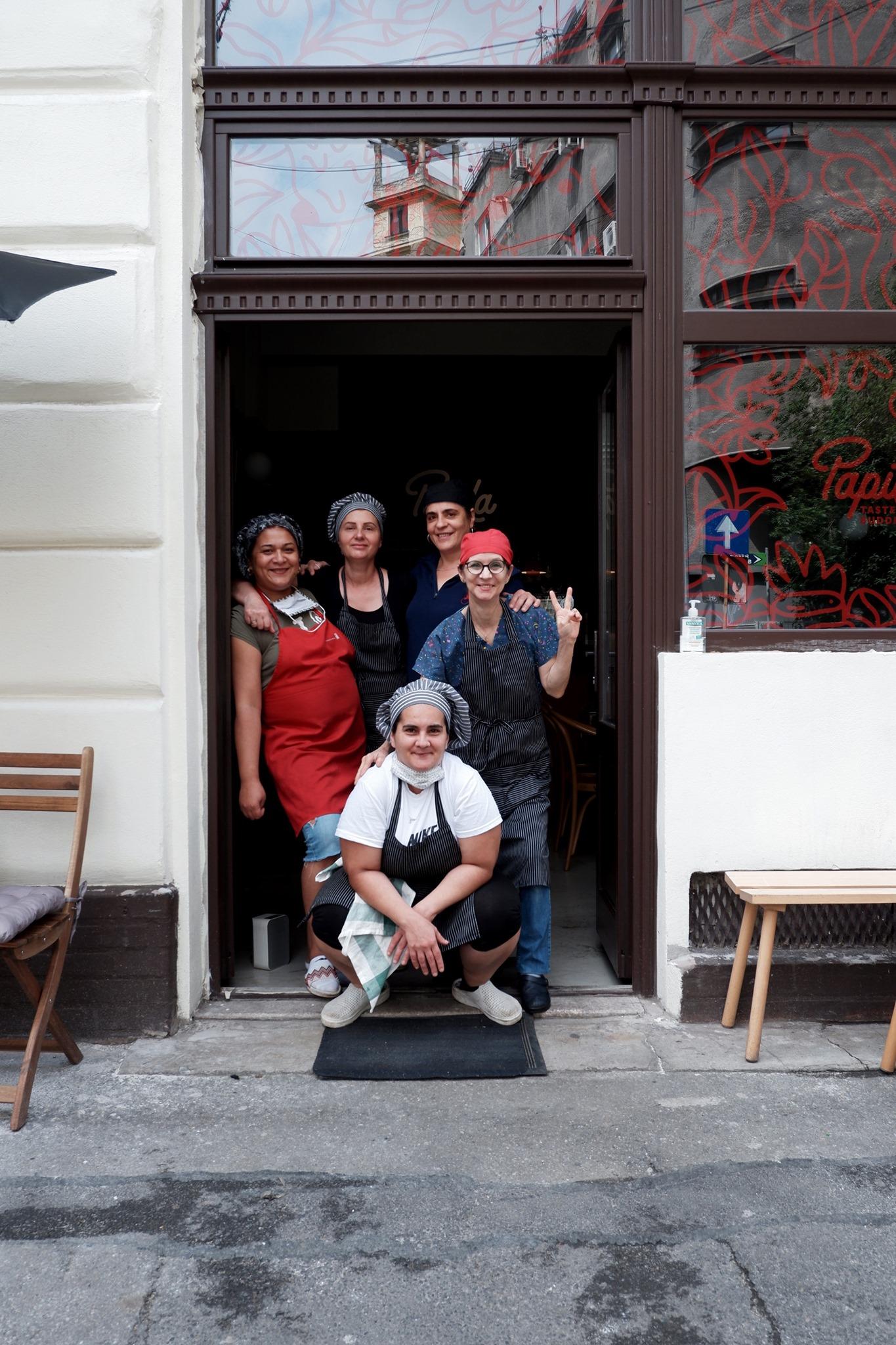 În bucătăria Papila se află mama și mătușa Mariei, alături de alte doamne talentate care gătesc ca pentru copiii lor