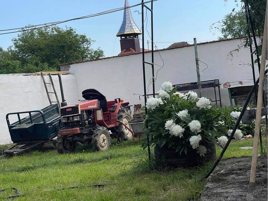 Emma folosește tractorul pentru munca la câmp