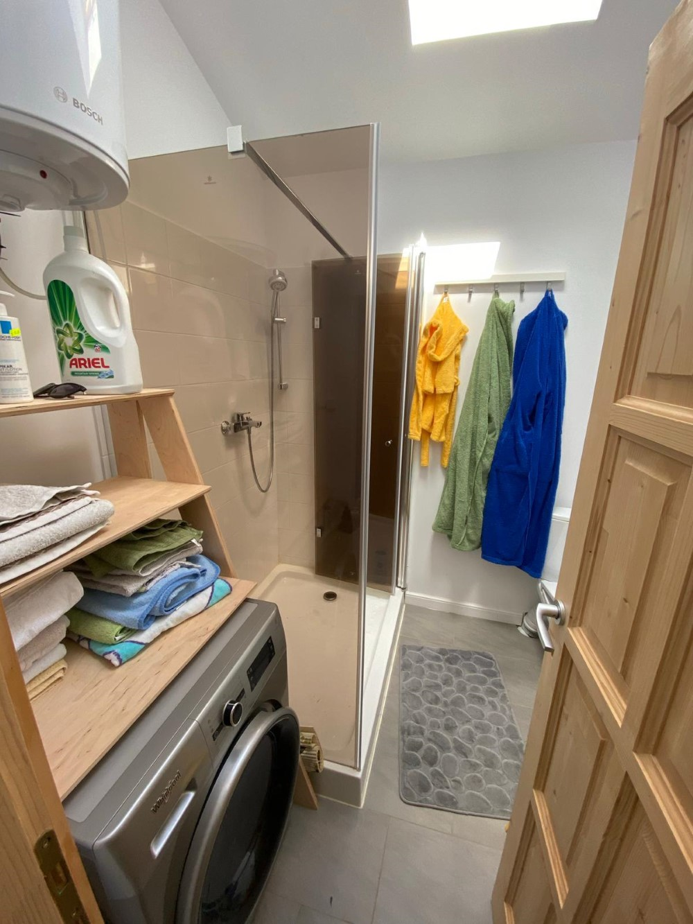 Pentru a salva spațiu, intrarea la baie se face din bucătărie