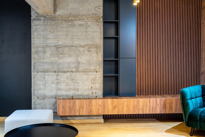perete beton aparent mobilier living pitesti