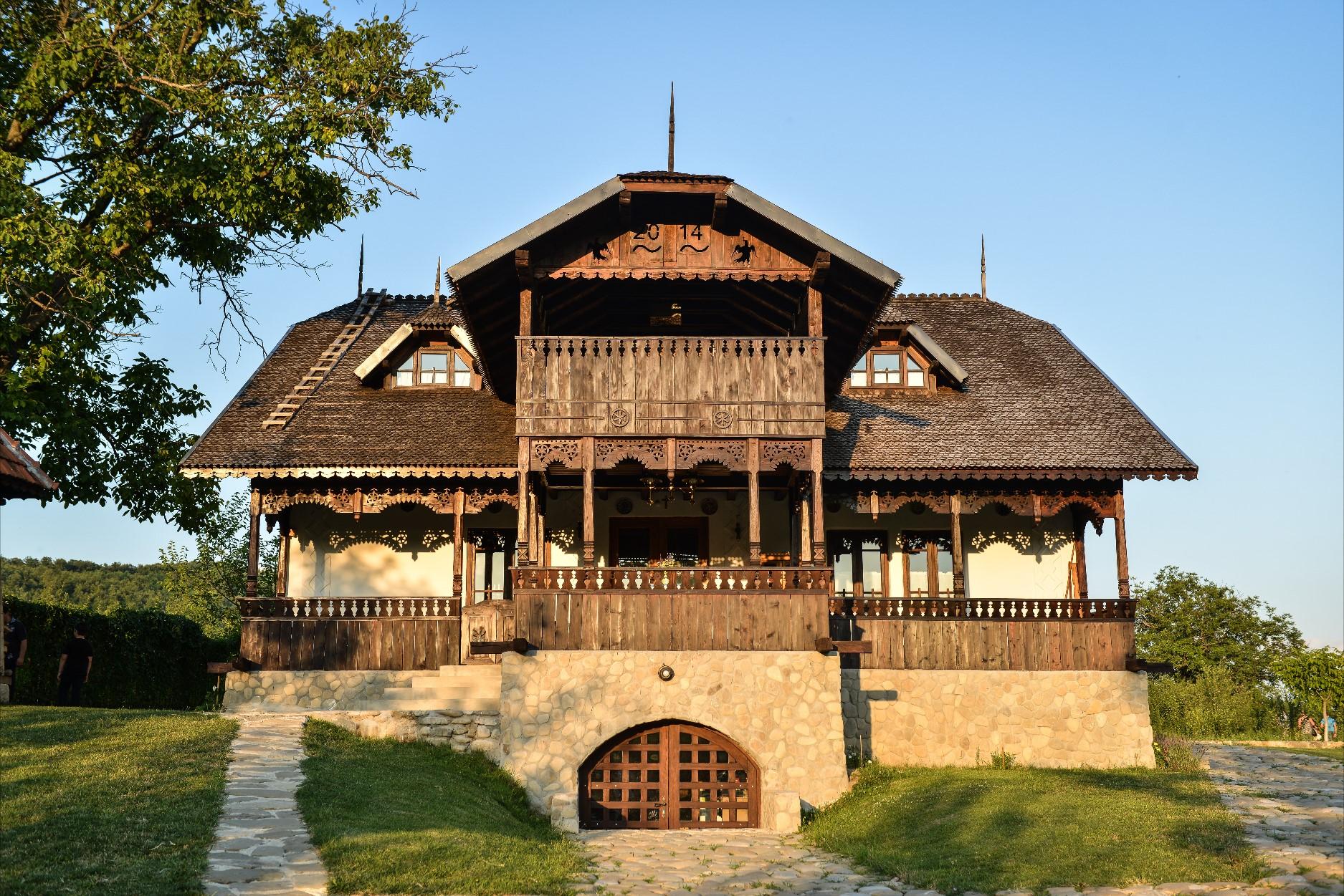 În 2012, familia Dobre a început construcția la prima casă din gospodărie, realizată exact după tehnicile arhitecturale vechi
