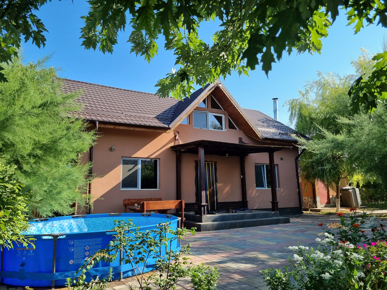 casa la tara Emilia și soțul ei Răzvan s-au mutat în pandemie în casa lor de vacanță de la sat