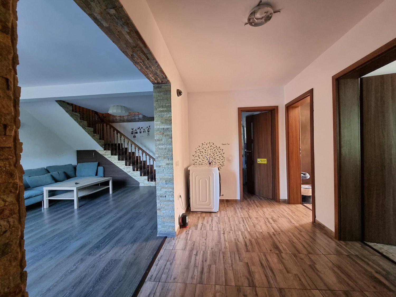 casa la tara Proprietarii spun că au mers pe ideea de cabană, cu lemn mult la mansardă și ciment la parter