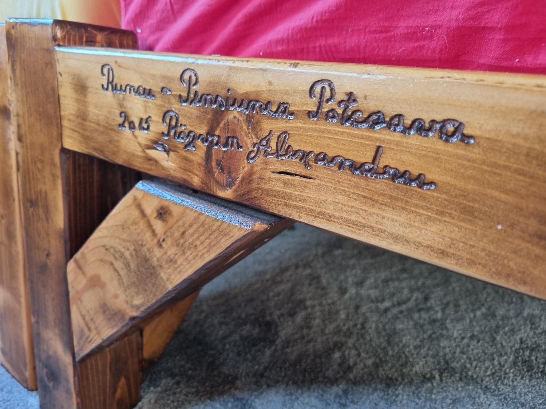 """casa la tara Piesele de mobilier sunt lucrate manual și gravate, cu """"dedicație"""", pentru Răzvan"""