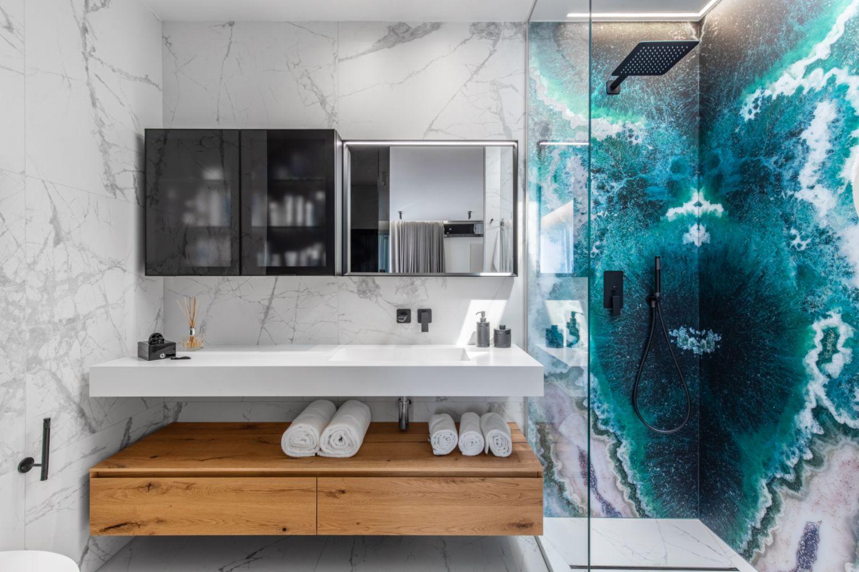 Amenajare vila duplex Otopeni stil eclectic - Sergiu Califar - Pure Mess Design - baie alba cu marmura si placare de sticla Sicis in dus (1)