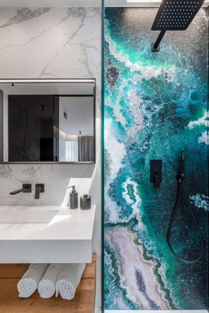 Amenajare vila duplex Otopeni stil eclectic - Sergiu Califar - Pure Mess Design - baie alba cu marmura si placare de sticla Sicis in dus (2)