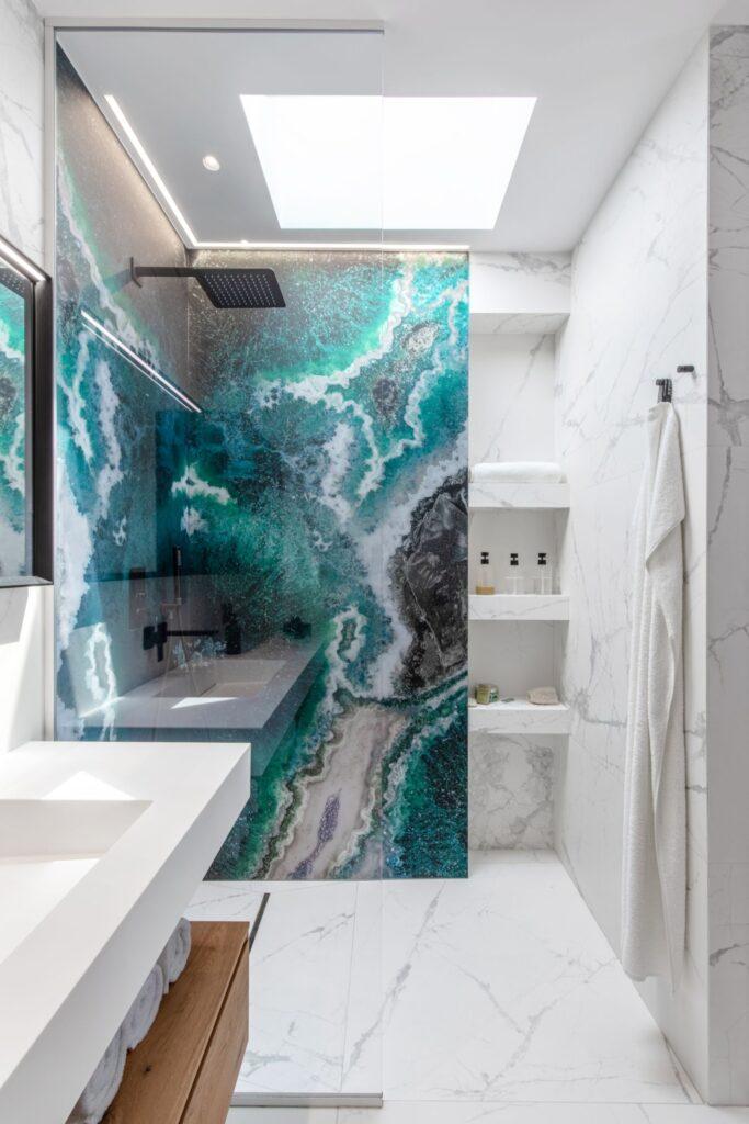 Pentru că baia nu era prevăzută cu iluminare, a inserat deasupra dușului un luminator, creând un spațiu extrem de relaxant.