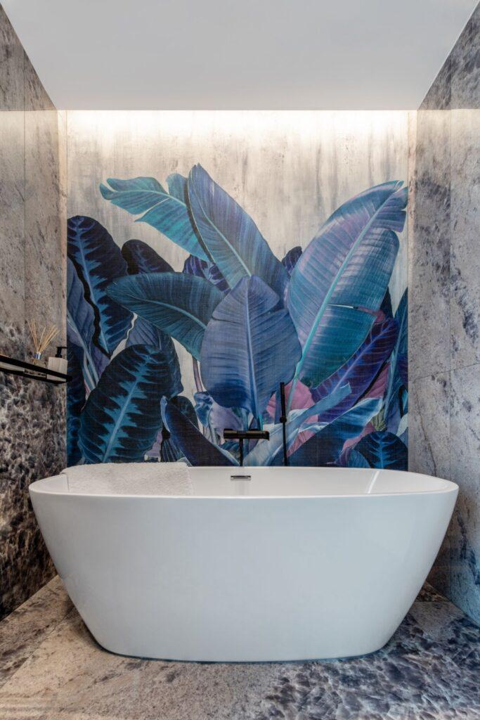 Amenajare vila duplex Otopeni stil eclectic - Sergiu Califar - Pure Mess Design - baie cu fototapet rezistent la apa Jungle si cada freestanding (1)