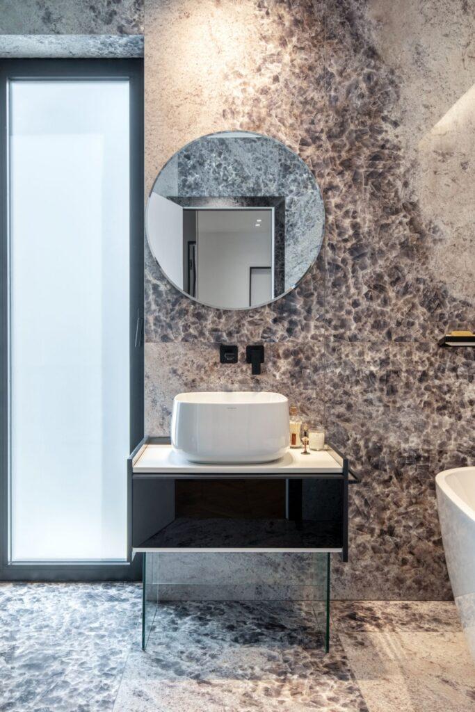Amenajare vila duplex Otopeni stil eclectic - Sergiu Califar - Pure Mess Design - baie cu fototapet rezistent la apa Jungle si cada freestanding (3)