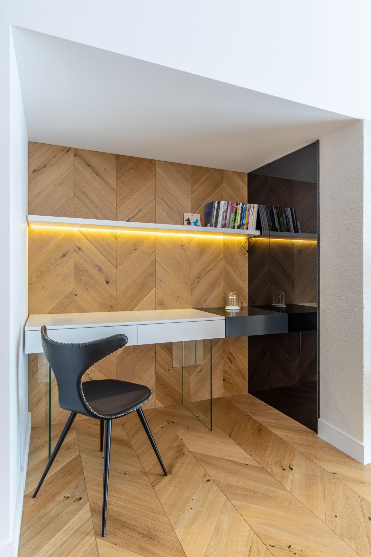 Amenajare vila duplex Otopeni stil eclectic - Sergiu Califar - Pure Mess Design - birou sub scara parchet tip Chevron