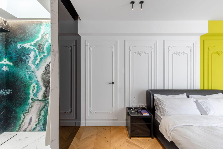 Amenajare vila duplex Otopeni stil eclectic - Sergiu Califar - Pure Mess Design - dormitor cu rame clasice duropolimer vopsite galben (2)