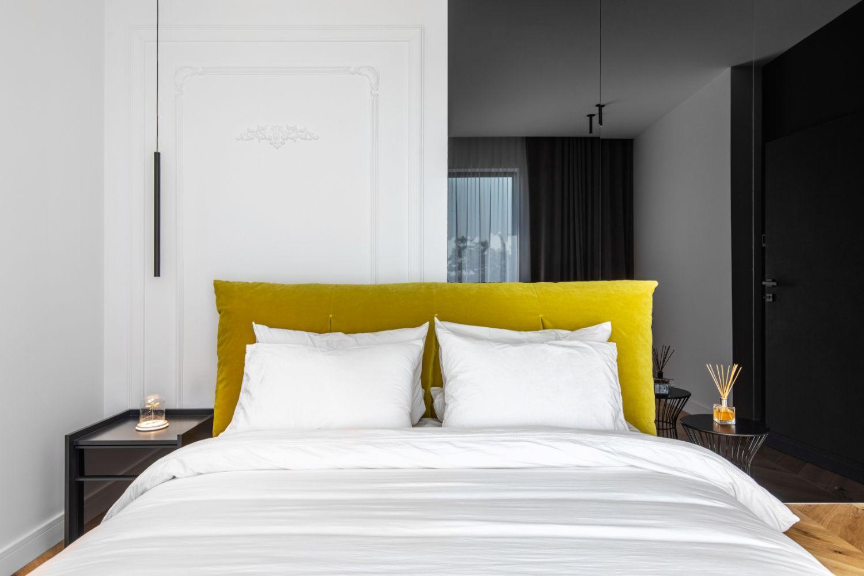 Amenajare vila duplex Otopeni stil eclectic - Sergiu Califar - Pure Mess Design - dormitor oaspeti pat galben Ditre Italia (1)