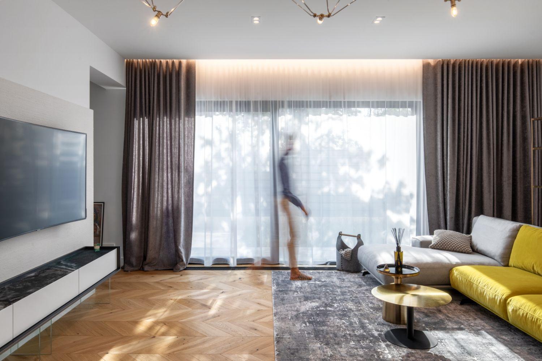 Amenajare vila duplex Otopeni stil eclectic - Sergiu Califar - Pure Mess Design - living canapea galben gri Ditre Italia (1)