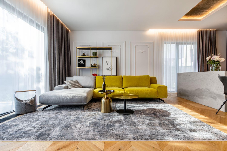 Amenajare vila duplex Otopeni stil eclectic - Sergiu Califar - Pure Mess Design - living canapea galben gri Ditre Italia (2)