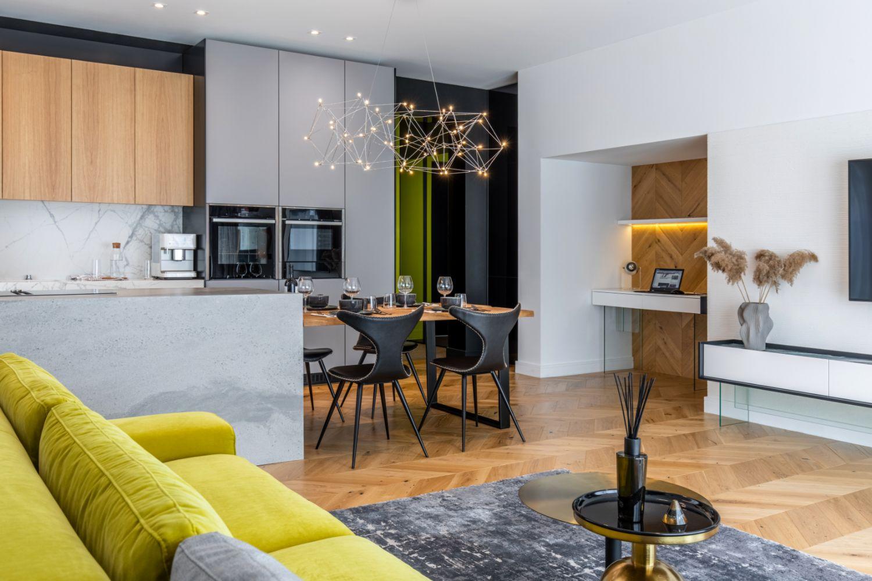 Amenajare vila duplex Otopeni stil eclectic - Sergiu Califar - Pure Mess Design - open space cu canapea galben gri Ditre Italia 2 (2)