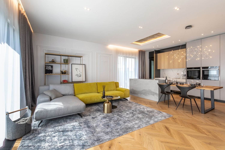 Amenajare vila duplex Otopeni stil eclectic - Sergiu Califar - Pure Mess Design - open space cu canapea galben gri Ditre italia