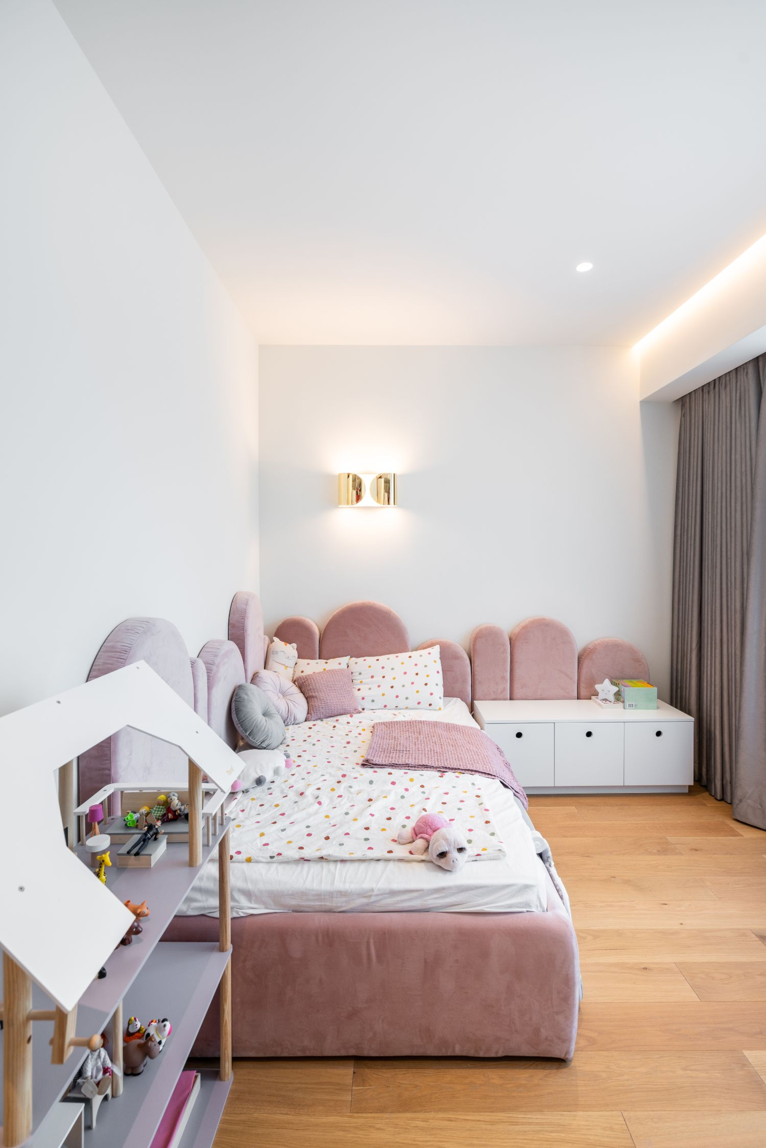 Apartament elegant amenajare Sami Bumbu Bucuresti - camera fetita roz (1)