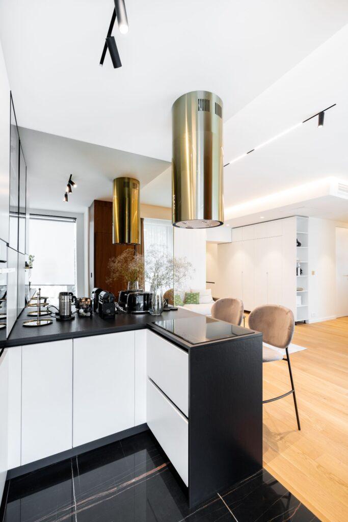 Apartament elegant amenajare Sami Bumbu Bucuresti - open space stil modern hota aurie