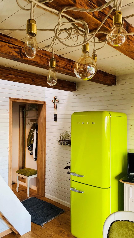 Design-ul bucătăriei a fost centrat în jurul frigiderului SMEG