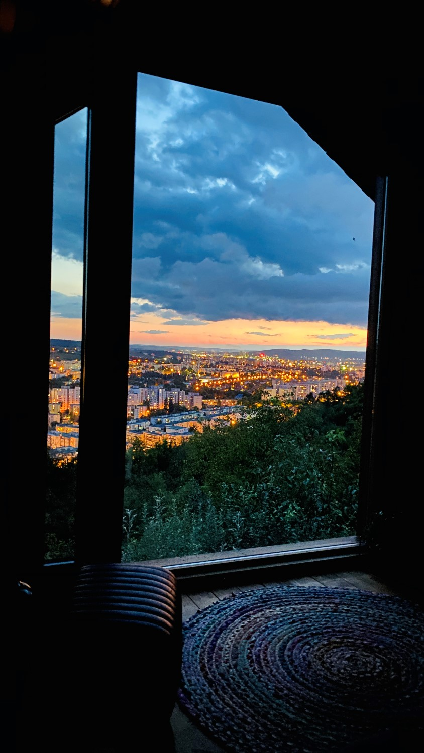 Căsuța este poziționată pe un deal și are un view minunat asupra orașului